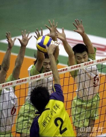 图文:男排联赛北京3-2浙江 北京队三人拦网