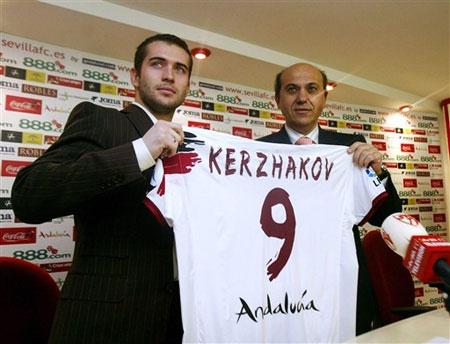 图文:科尔扎科夫亮相塞维利亚 球队主席赠球衣图片