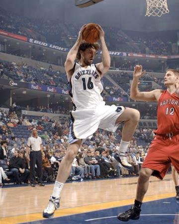 NBA图:常规赛灰熊胜猛龙 加索尔摘下篮板