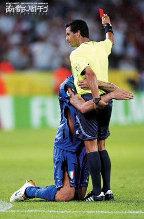图文:06体育反向新闻 马特拉齐跪求裁判