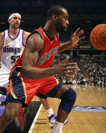 NBA图:常规赛国王胜勇士 戴维斯接球进攻