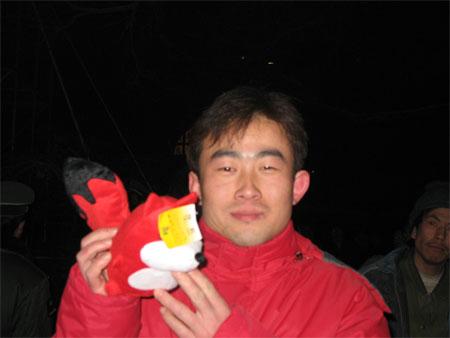 图文:奥运志愿微笑圈发布 附近居民与狐狸合影