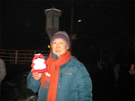 图文:奥运志愿微笑圈发布 北京市民与狐狸合影