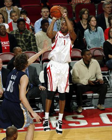 NBA图:常规赛火箭VS灰熊 麦迪远投三分出手