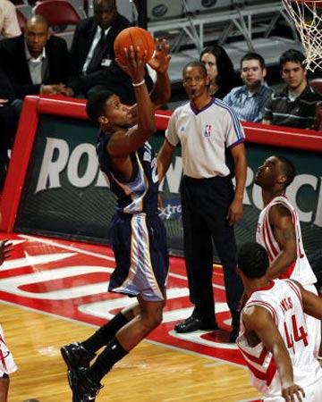 NBA图:常规赛火箭VS灰熊 斯塔德迈尔上篮 鲁迪-盖伊飞身上篮