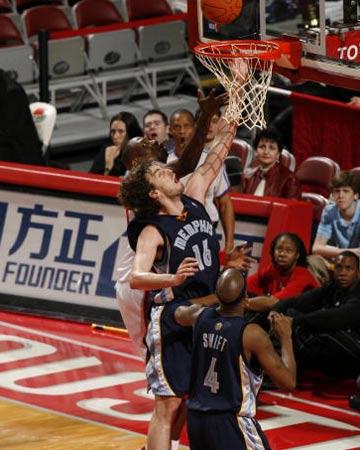 NBA图:常规赛火箭胜灰熊 加索尔内线上篮