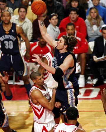 NBA图:常规赛火箭胜灰熊 迈克-米勒内线抛投