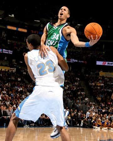 NBA图:常规赛小牛胜掘金 坎比阻击哈里斯