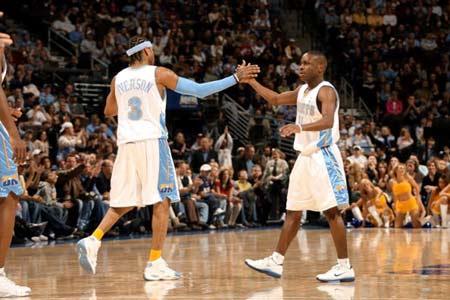 NBA图:常规赛小牛胜掘金 后场双矮击掌相庆