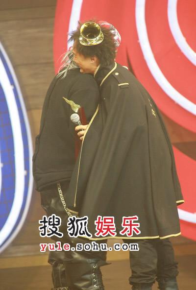 陈奕迅与软硬天师拥抱