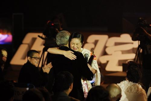 杨千嬅下台拥抱前经理人黄柏高