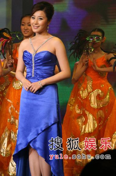王雅捷现央视元旦群英汇 蓝色礼服抢眼出镜(图)