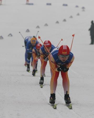 图文:中国越野滑雪进步喜人 中国选手在比赛中