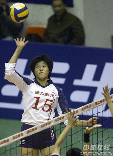 图文:全国女排联赛第15轮 北京队张雪梅扣球
