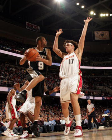 NBA图:常规赛骑士胜马刺 帕克突破分球