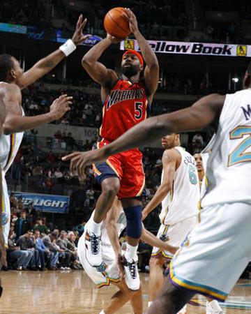 NBA图:常规赛勇士胜黄蜂 戴维斯鹤立蜂群