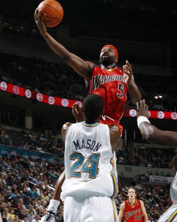 NBA图:常规赛勇士胜黄蜂 戴维斯杀入篮下