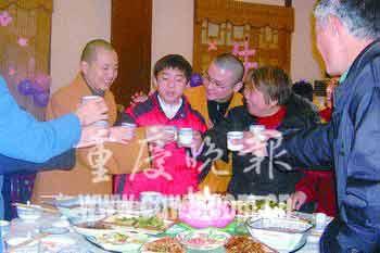 15岁少年从未过生日 百人奉献爱心办生日宴(图)