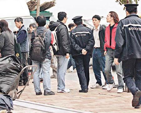 任达华香港海边拍戏 忍内急无奈与影迷拥抱(图)