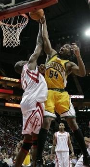 NBA图:火箭对阵超音速 穆托姆博盖维尔考克斯