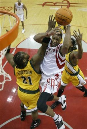 NBA图:火箭对阵超音速 麦迪上篮遭遇严防