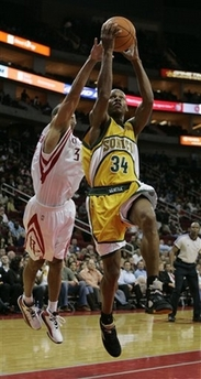 NBA图:火箭对阵超音速 巴蒂尔封盖雷阿伦