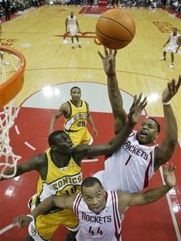 NBA图:火箭对阵超音速 麦迪困境中出手