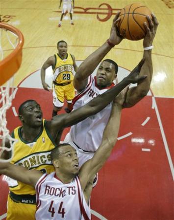 """NBA图:火箭对阵超音速 麦迪""""痛苦""""上篮"""