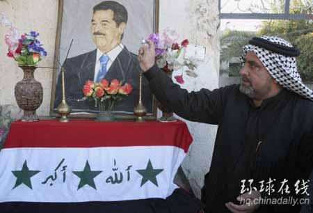 图文:伊拉克人为萨达姆举行悼念仪式。