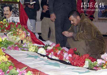 图文:萨达姆的坟墓四周摆满花束