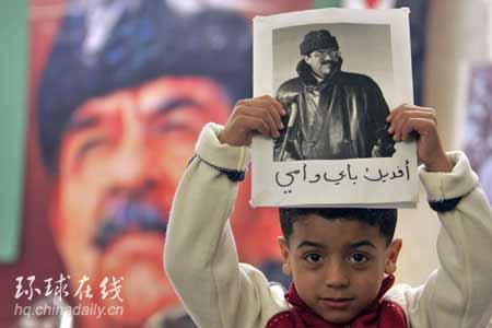 图文:一名约旦儿童手持萨达姆的照片