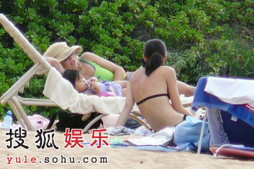 甜姐梅格-瑞恩携女享受日光浴 露慈母本色(图)