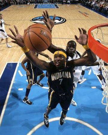 NBA图:常规赛小牛胜步行者 小奥尼尔怒摘篮板