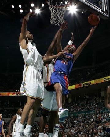 NBA图:常规赛活塞胜黄蜂 汉密尔顿不惧封盖