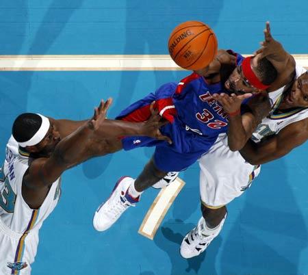 NBA图:常规赛活塞胜黄蜂 汉密尔顿强行投篮