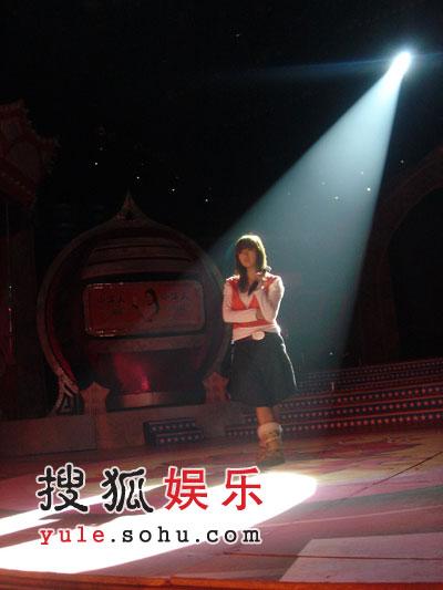 黄雅莉何洁节目录影 姐妹情深联手宣传(组图)