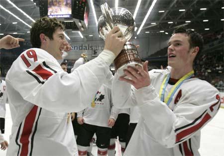 图文:2007年曲棍球冠军赛 加拿大队球员捧杯