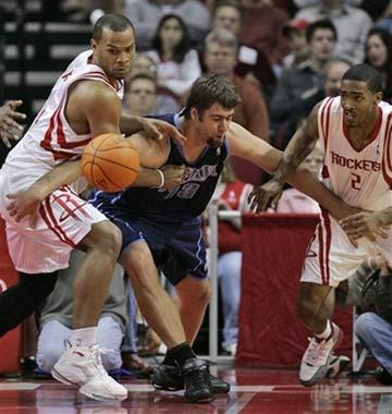 NBA图:常规赛火箭VS爵士 奥科遭遇疯狂夹击