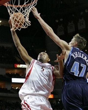 NBA图:常规赛火箭VS爵士 霍华德单手上篮