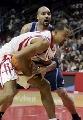NBA图:常规赛火箭VS爵士 布泽尔与霍华德拼抢