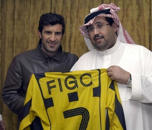 图文:菲戈加盟伊蒂哈德 与巴尔维展示7号球衣