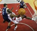 NBA图:常规赛火箭胜爵士 穆大叔怪异上篮