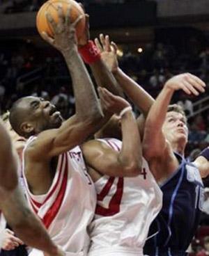 NBA图:常规赛火箭胜爵士 穆大叔进攻