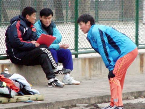 图文:孙英杰女足同一场地训练 马良行和孙英杰
