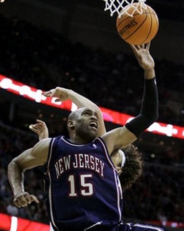 NBA图:常规赛骑士胜篮网 卡特飞身进攻