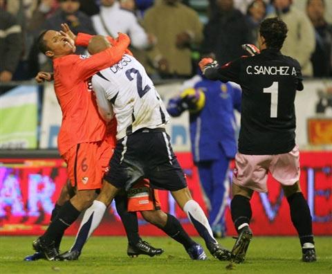 图文:前皇马后卫和巴西射手斗殴 双方拼了老命