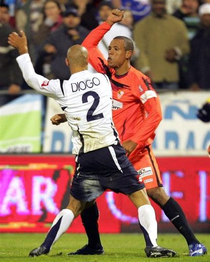 西甲-塞维利亚不敌萨拉戈萨 两名球员场上斗殴