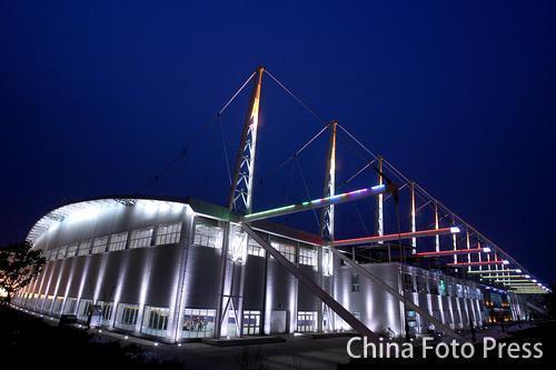 图文:亚冬会场馆装饰一新 速滑馆外漂亮夜景