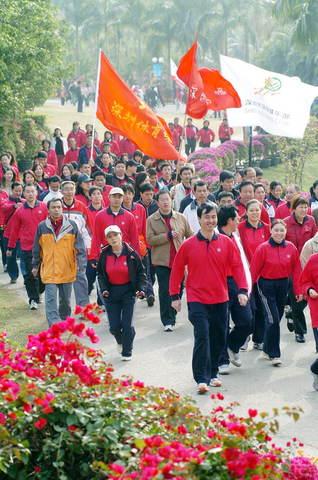 图文:深圳市民登山迎新年 签名支持申办大运会
