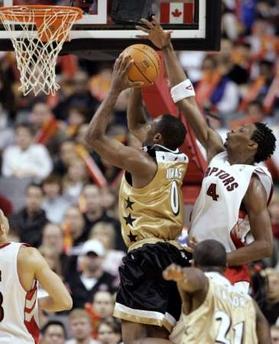 NBA图:猛龙胜奇才 波什封盖阿里纳斯